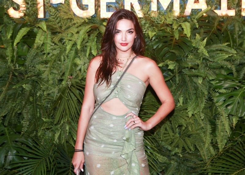 Hailee Lautenbach - yırtmaçlı yeşil dekolte elbise