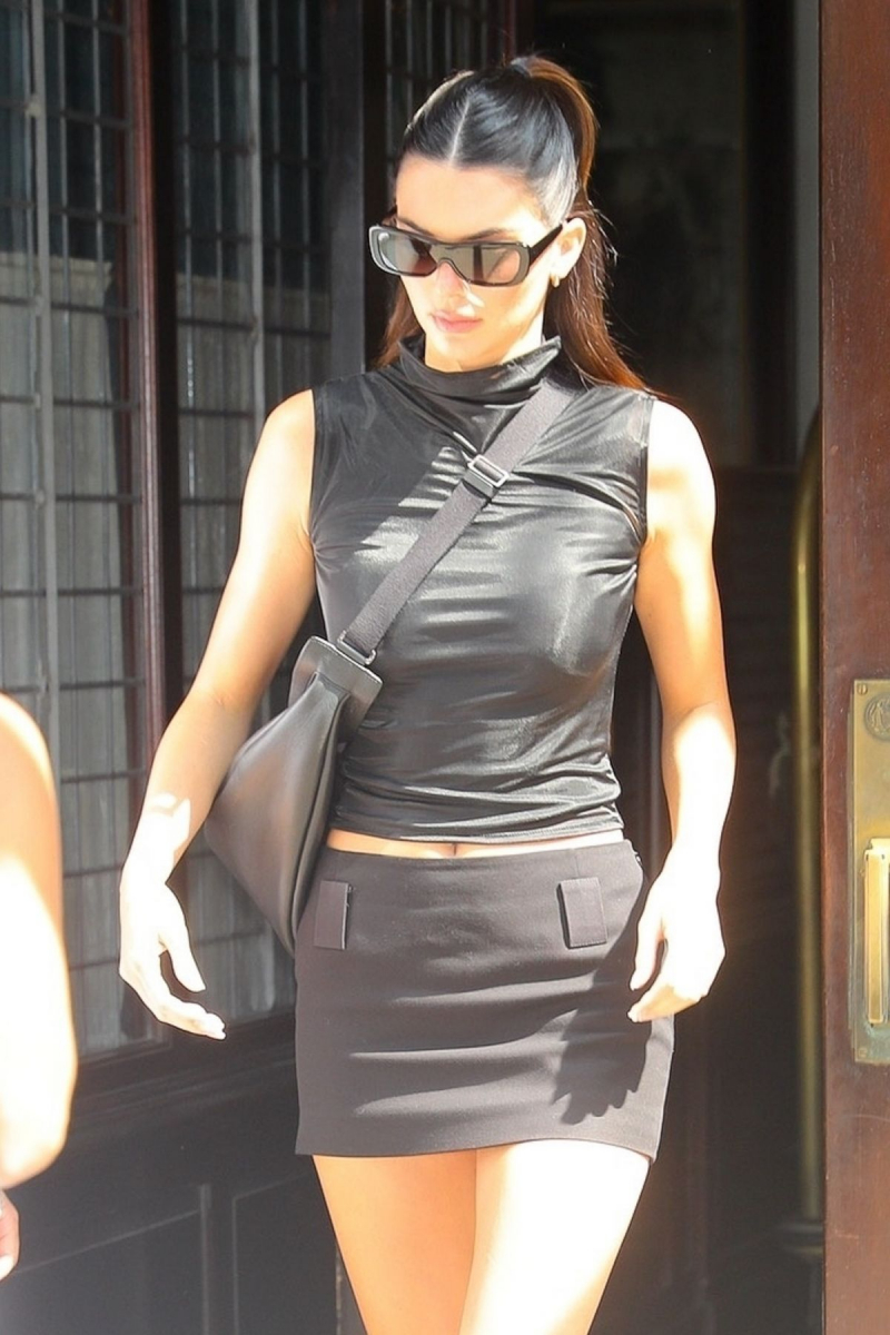 Kendall Jenner mini etekle New York moda haftası etkinliğinde