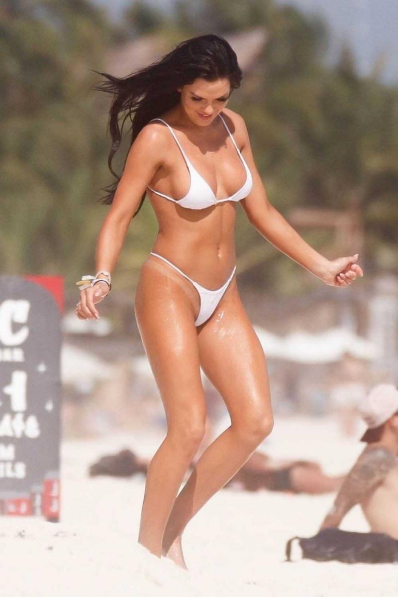 Kelsie Jean Smeby beyaz bikiniyle Tulum'da