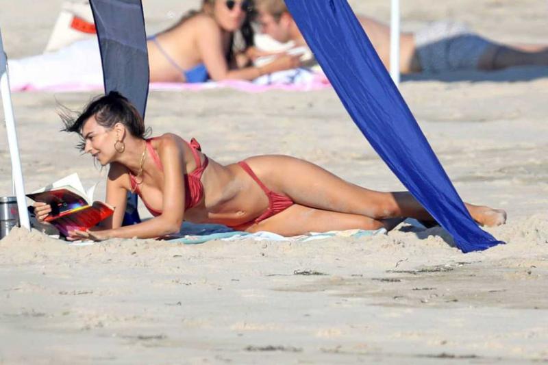Emily Ratajkowski kırmızı bikini ile Hamptons plajında