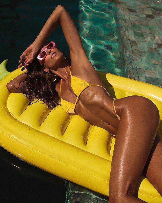 Izabel Goulart sarı bikini ile fotoğraf çekimlerinde