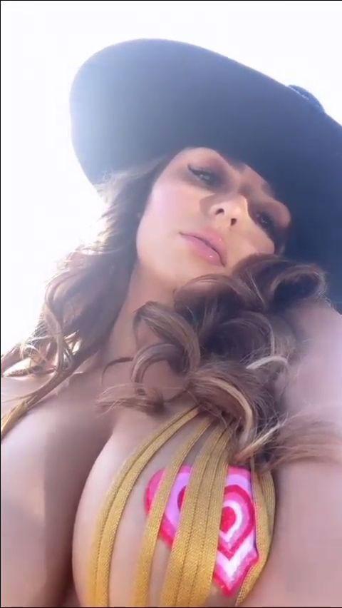Demi Rose Mawby'den selfie