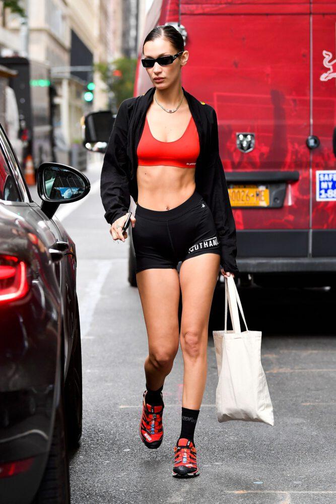 Bella Hadid siyah tayt şortla New York'ta