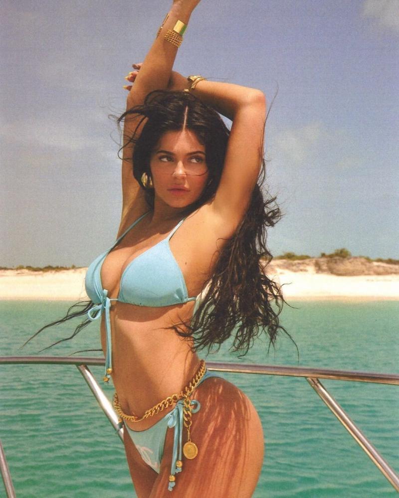 Kylie Jenner - Mavi bikini ile yatta objektif karşısına geçti