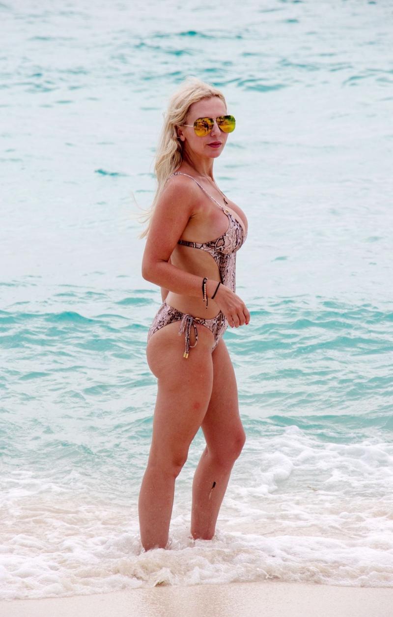 Naomi Isted bikiniyle Karayiplerde