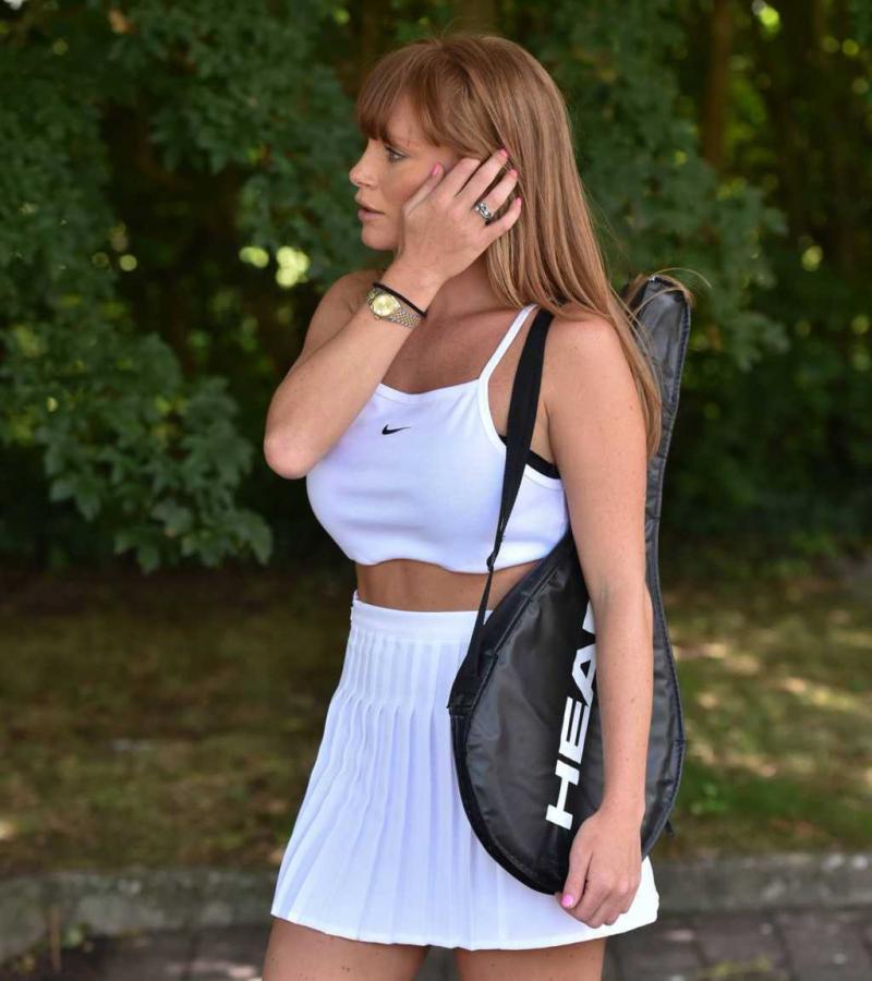 Summer Monteys-Fullam mini etek ile tenis oynadı