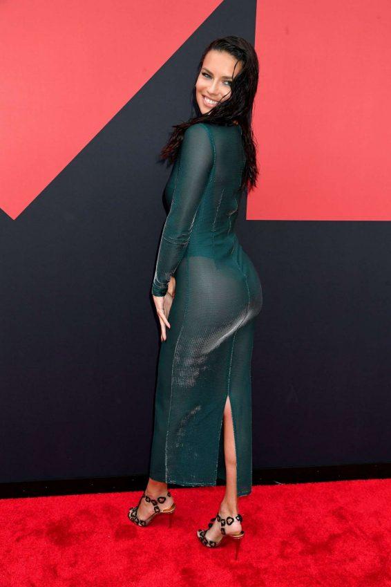 Adriana Lima Yeşil transparan elbise ile ödül töreninde