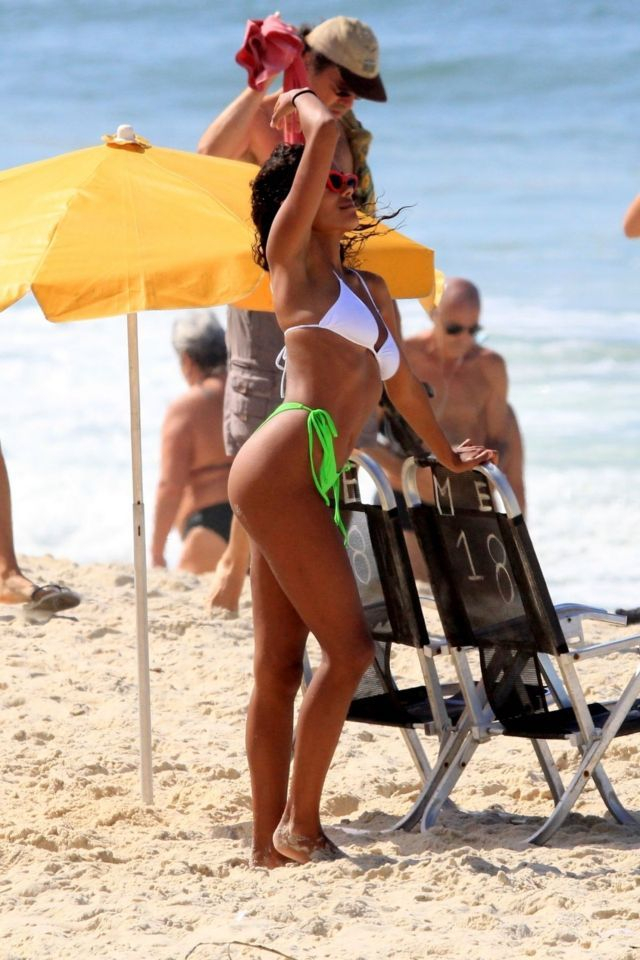 Tina Kunakey bikini ile Rio De Janeiro plajında