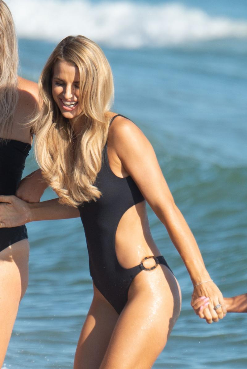 Vogue Williams siyah mayoyla Marbella'da
