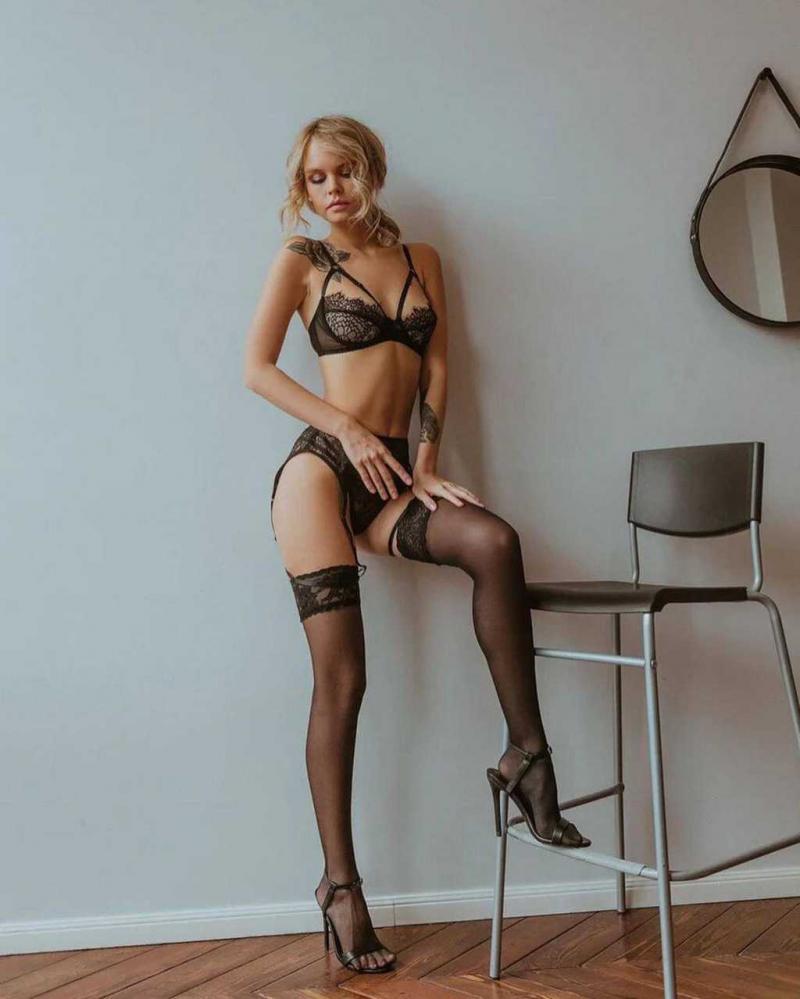 Anastasia Shcheglova siyah iç çamaşırıyla çekimlerde