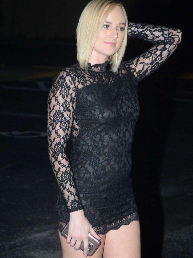 Kate England siyah mini elbiseyle