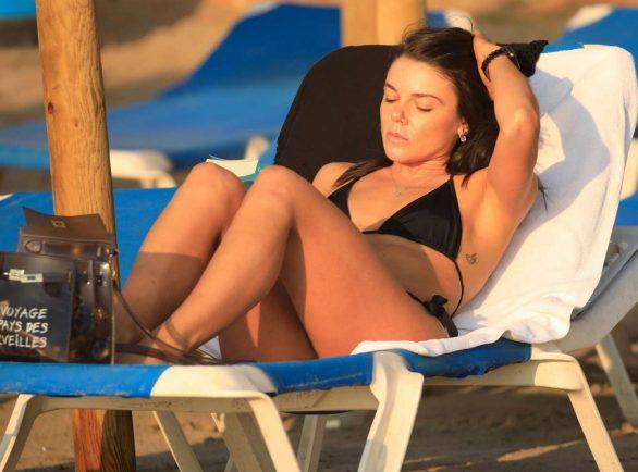 Faye Brookes siyah bikini ile Ibiza'da