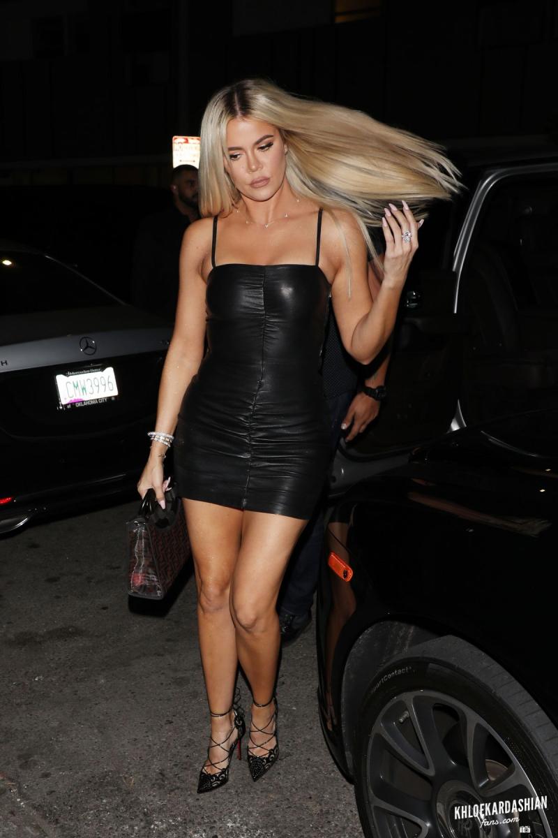 Khloe Kardashian siyah mini elbisesiyle Batı Hollywood'da