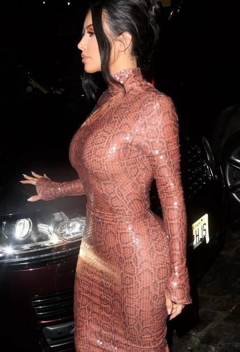 Kim Kardashian latex elbise ile