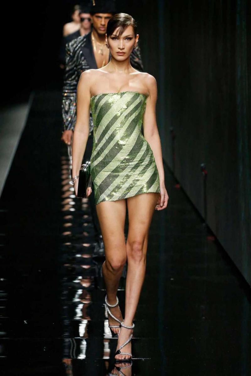 Bella Hadid yeşil mini elbiseyle Versace etkinliğinde