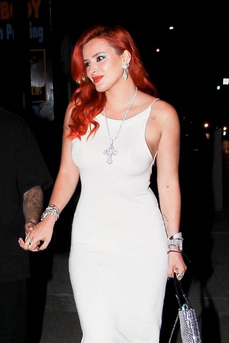 Bella Thorne beyaz elbiseyle Time is Up prömiyerinde