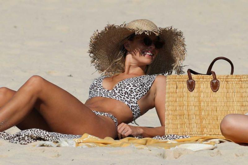 Natasha Oakley bikini ile Sydney'de