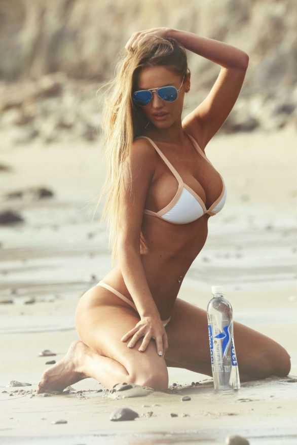Charlie Riina beyaz bikini ile Malibu'da