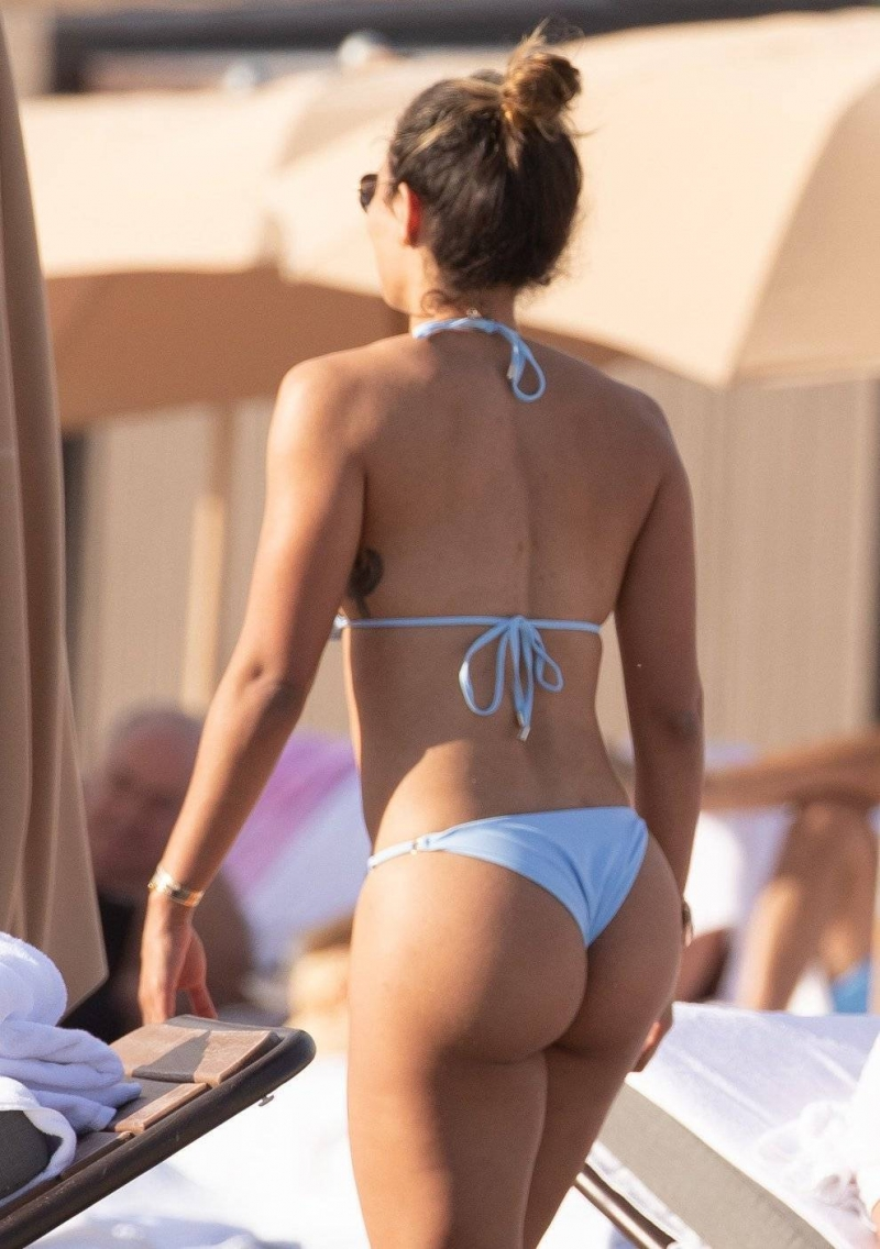 Jessica Ledon tanga bikini ile Miami plajında