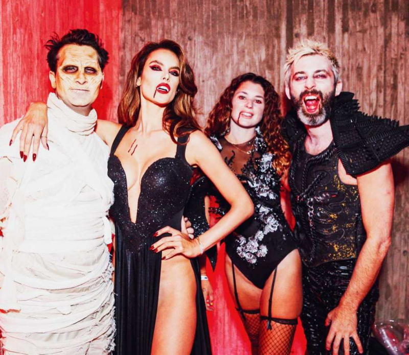 Alessandra Ambrosio vampir kostümü ile Cadılar bayramı etkinliğinde