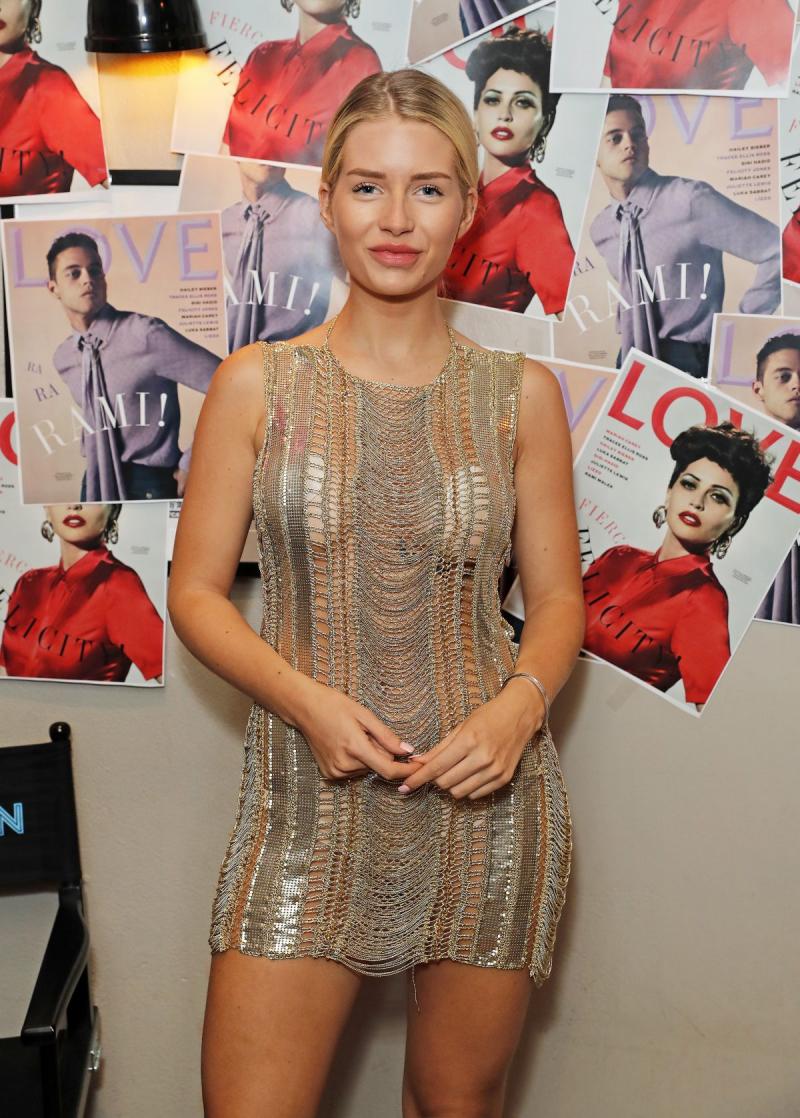 Lottie Moss mini elbiseyle