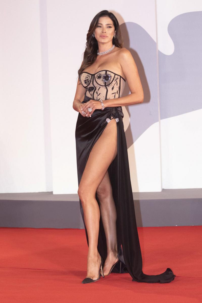 Aida Yespica yırtmaçlı elbiseyle The Lost Daughter prömiyerinde