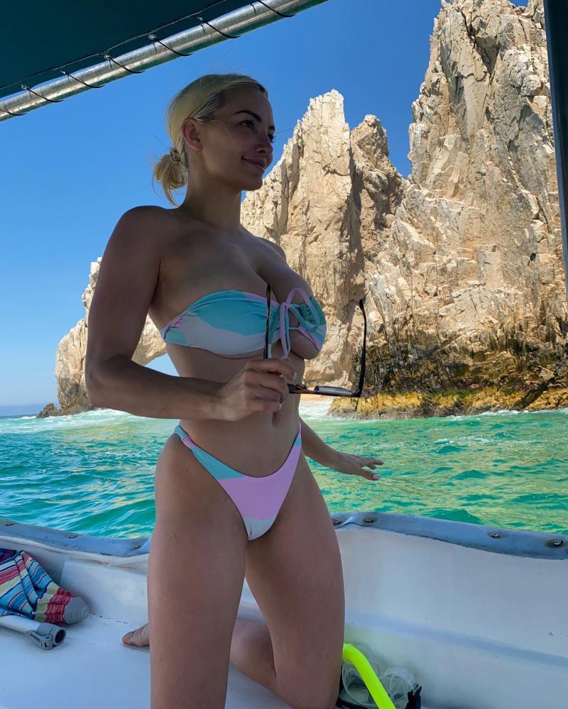 Lindsey Pelas bikiniyle plajda