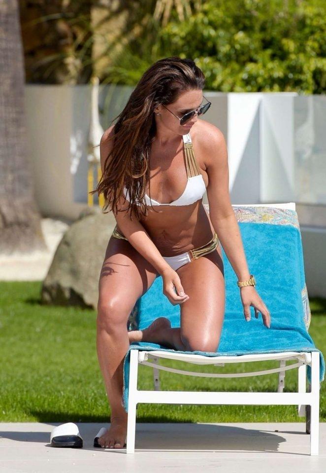 Danielle Lloyd beyaz bikiniyle havuzda