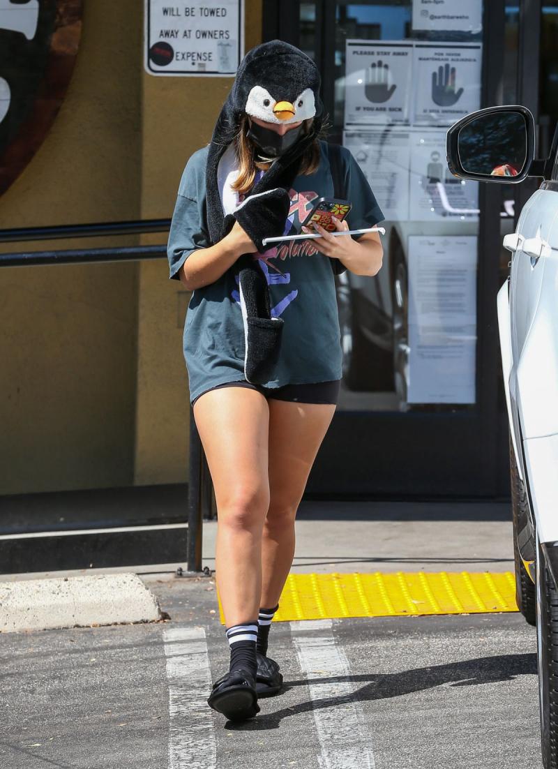 Addison Rae tayt şortla Los Angeles'ta