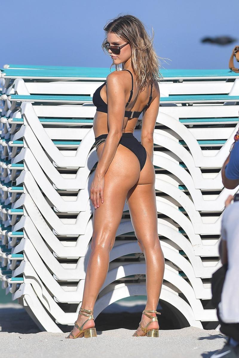 Joy Corrigan - Siyah bikini ile Miami plajında