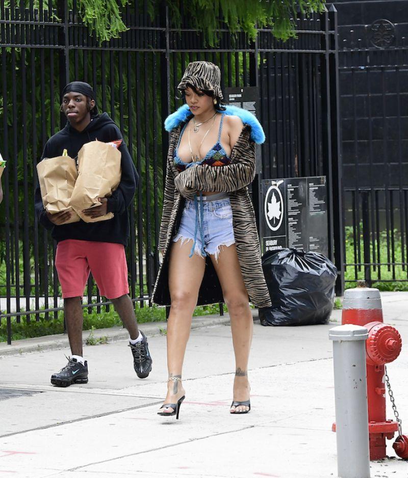 Rihanna kot şortla sette
