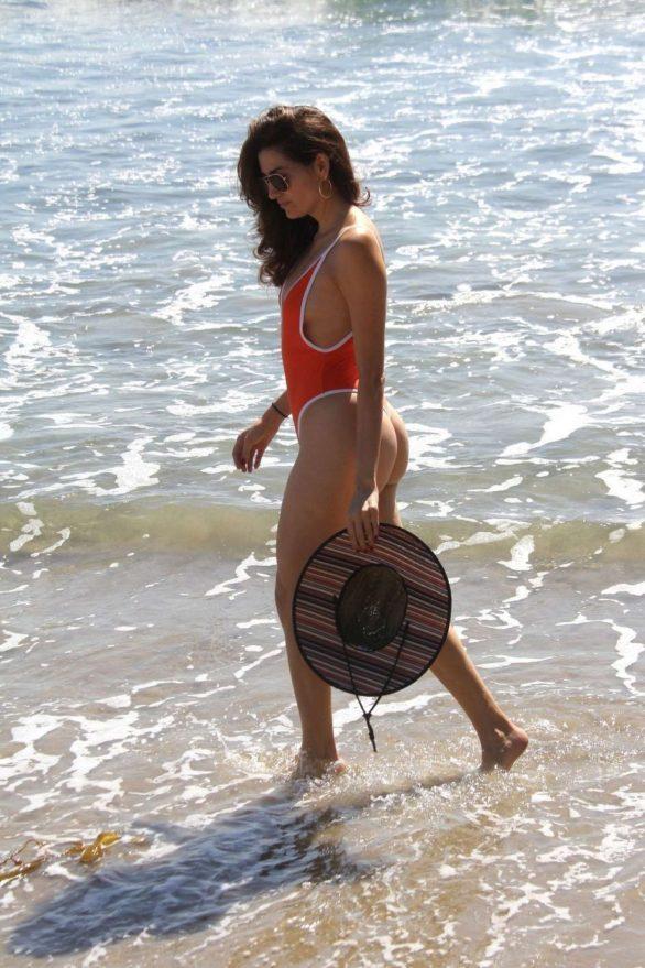 Blanca Blanco turuncu mayo ile Malibu'da