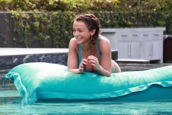 Kady McDermott bikini ile Tayland'da