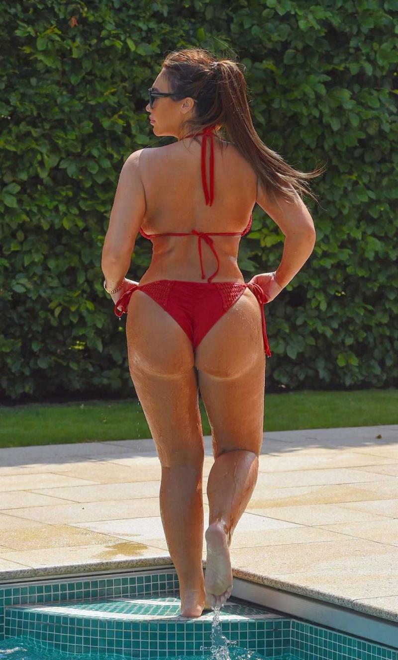 Lauren Goodger kırmızı bikiniyle Marbella'da