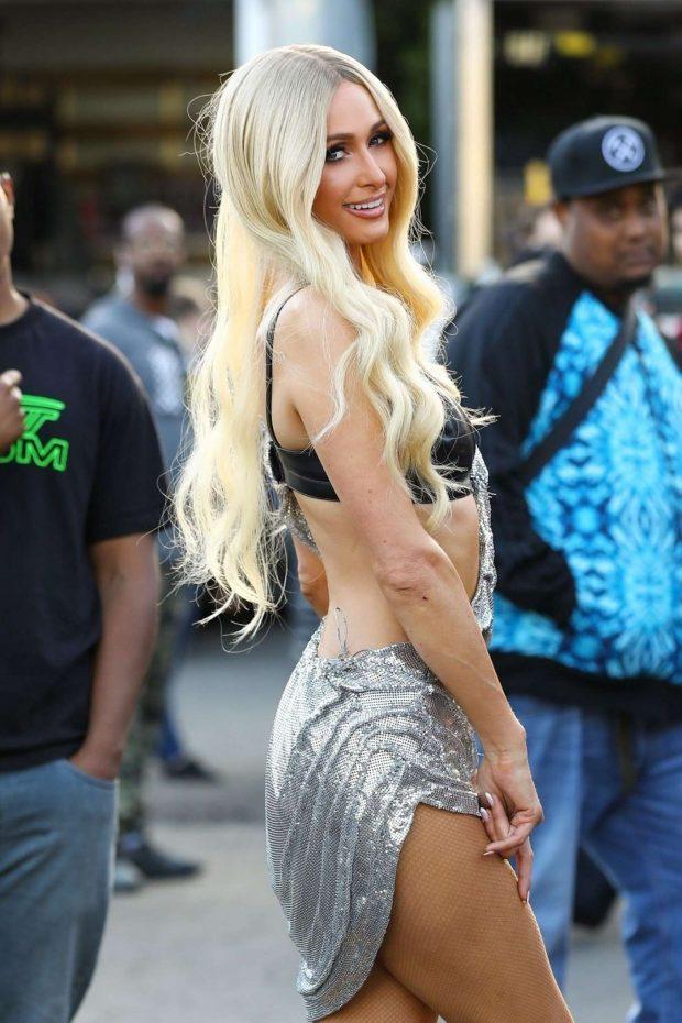 Paris Hilton gri dekolte elbiseyle etkinlikte
