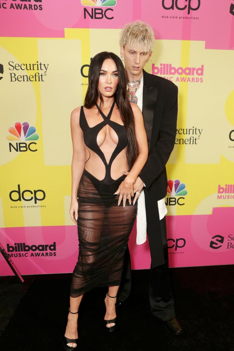 Megan Fox göğüs dekolteli transparan elbise ile ödül töreninde