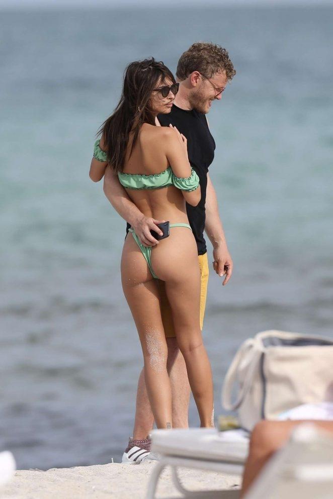 Emily Ratajkowski sevgilisi ile plajda