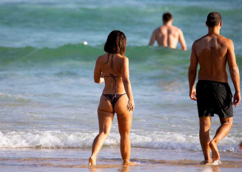 Martha Kalifatidis erkek arkadaşıyla Bondi plajında