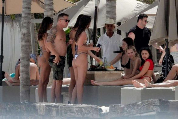 Kateri Dion bikiniyle Tulum plajında