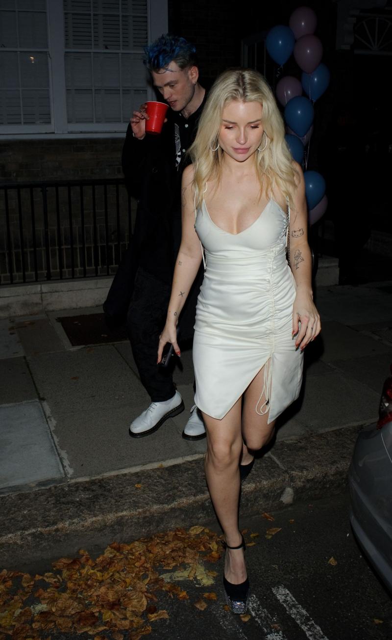 Lottie Moss beyaz yırtmaçlı elbiseyle Londra'da