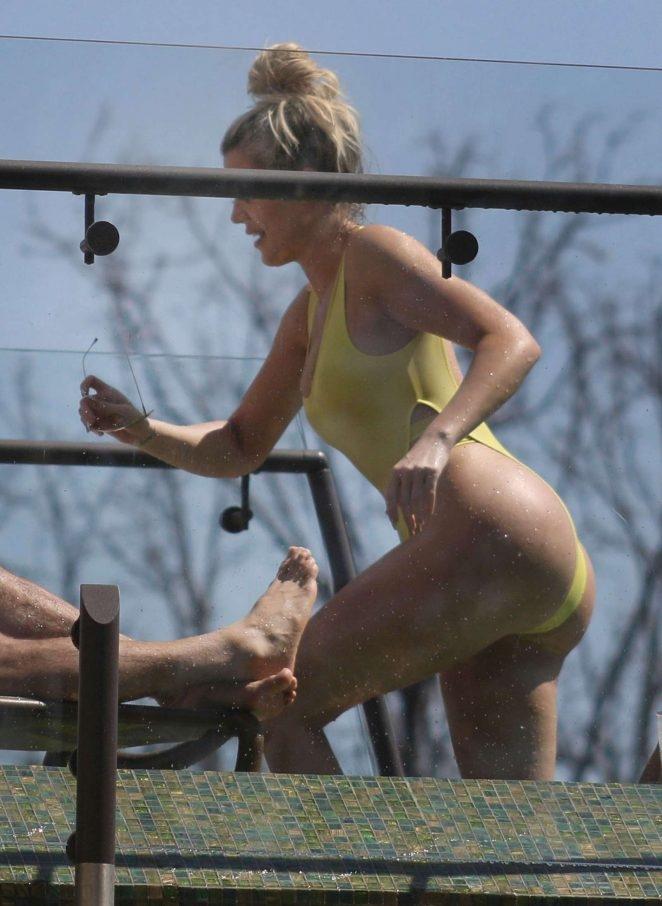 Khloe Kardashian sarı mayoyla
