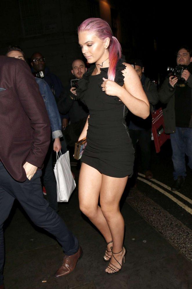 Louisa Johnson siyah mini elbiseyle