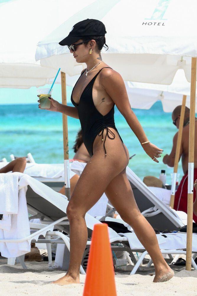 Vanessa Hudgens siyah mayoyla Miami plajında