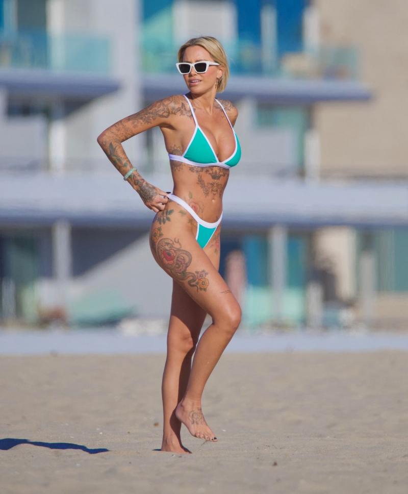 Tina Louise bikini ile plajda
