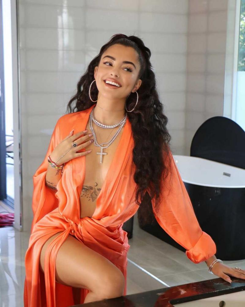 Malu Trevejo turuncu yırtmaçlı elbise ile çekimlerde