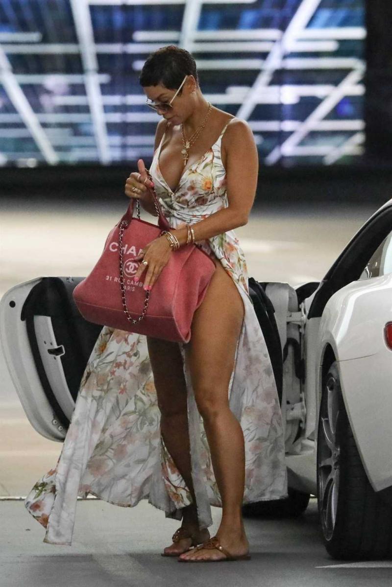 Nicole Murphy uzun yırtmaçlı elbise ile Soho House'da