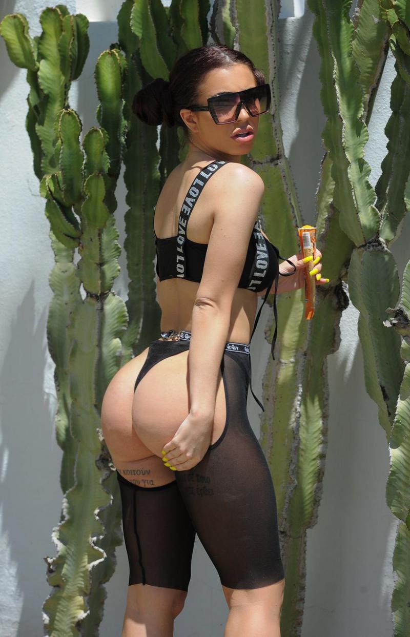 Katie Salmon siyah bikiniyle sokakta