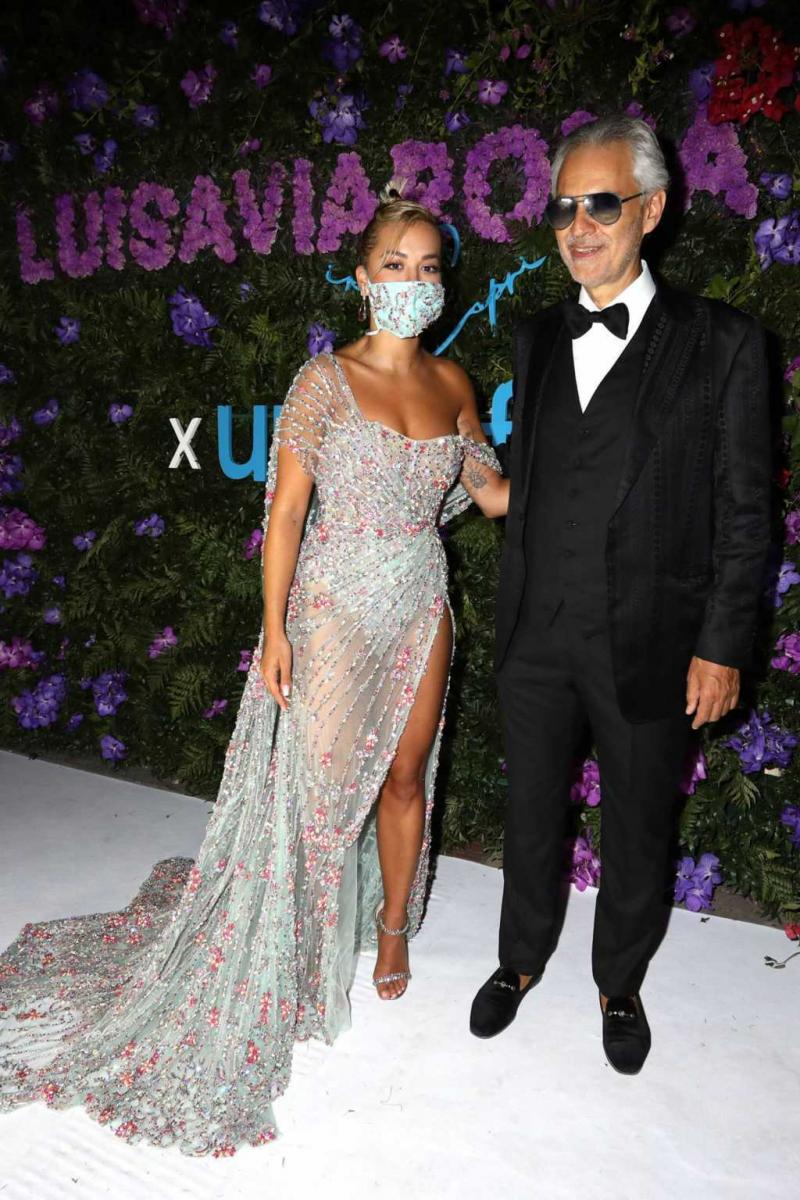 Rita Ora şeffaf elbise ile Unicef etkinliğinde