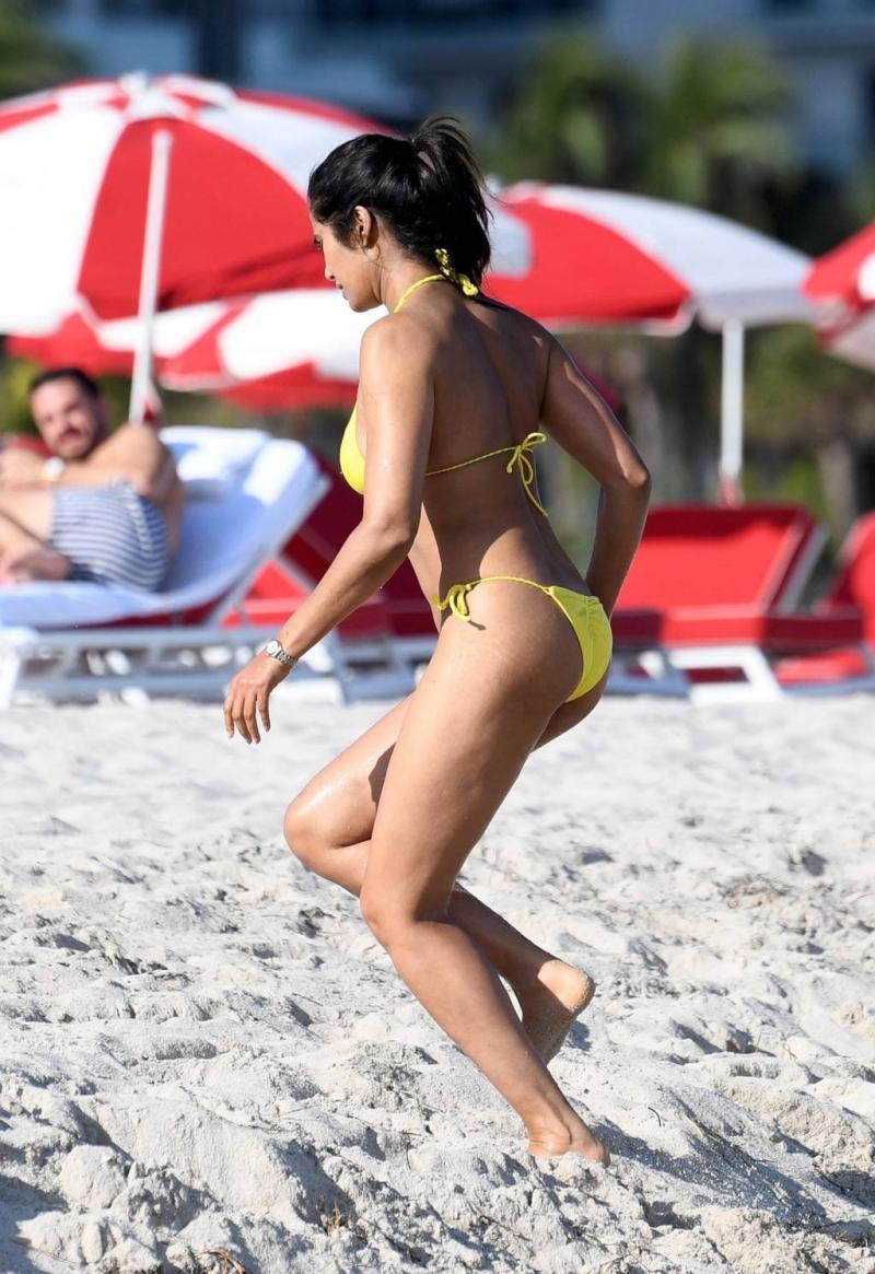 Padma Lakshmi sarı bikiniyle