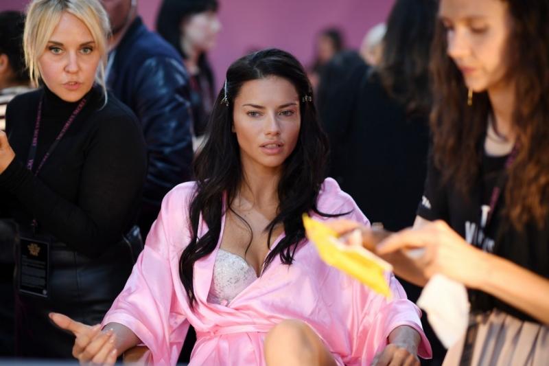 Adriana Lima pembe gecelik ile kuliste